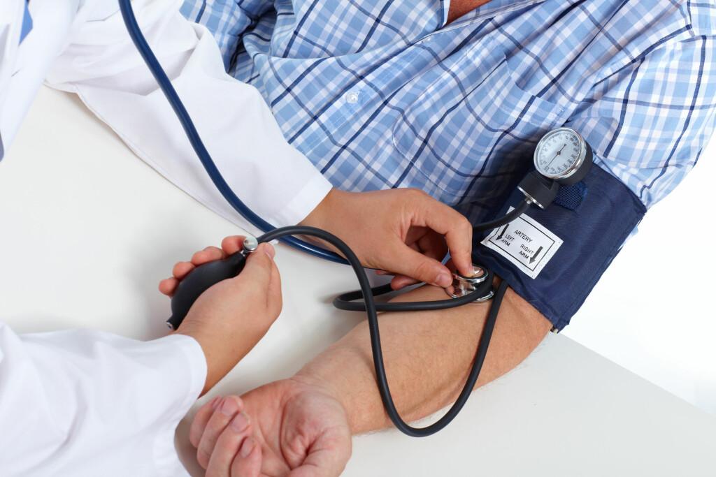 Viktig å måle blodtrykket: Ubehandlet høyt blodtrykk kan forkorte levetiden. Foto: NTB Scanpix