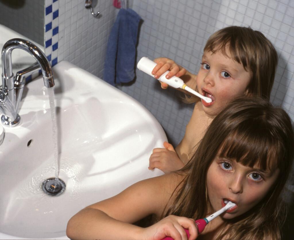 TANNPUSS: Det blir ikke hull i ei tann som er ren... Med elektrisk tannbørste kan jobben blir enklere for både barn og foreldre. Foto: EIRILL WILDE WIIK / SCANPIX (FRB)