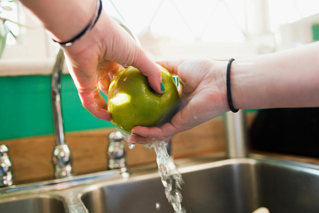 GOD KJØKKENHYGIENE: Det er en del bakterier i mat, men som er helt ufarlige ved riktig behandling. Foto: All Over Press