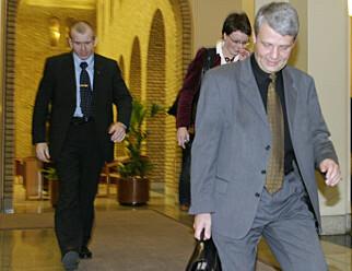 DØGNVAKT: KrF-leder Dagfinn Høybråten hadde følge av livvakt da han forlot KrFs gruppemøte i på Stortinget i februar 2004. Foto: Knut Fjeldstad / NTBscanpix
