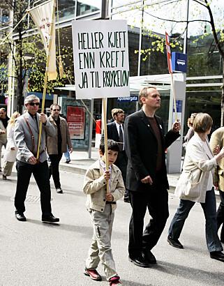 PROTESTER: Røykeloven fikk ingen bred støtte i 1. mai-toget i Oslo i 2004, men en uredde kar sa klart fra hva han mente. Foto: Erlend Aas / NTBscanpix