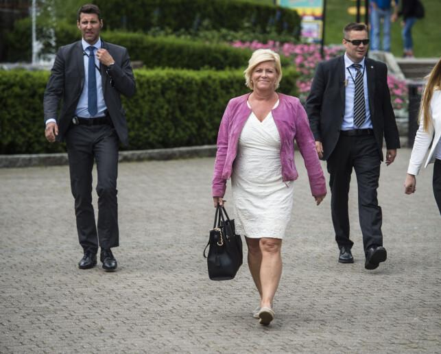 SIKRES: Finansminister Siv Jensen blir bevoktet døgnet rundt av livvakter fra PST. Her er hun fotografert på Tusenfryd sommeren 2015. Foto: Øistein Norum Monsen/Dagbladet.