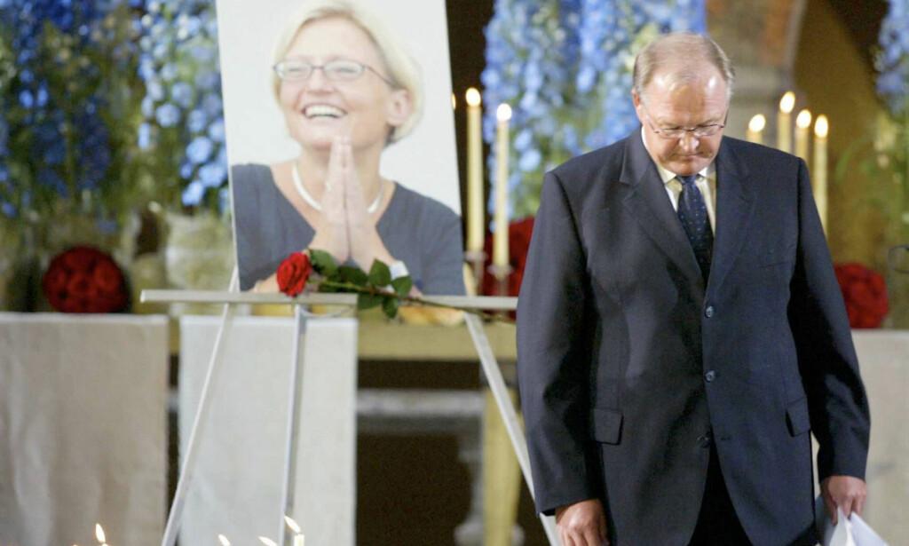 SORG: Den svenske statsministeren Göran Persson holdt minnetalen under en minnestund for Sveriges utenriksminister Anna Lindh i 2003. Foto: NTBscanpix.