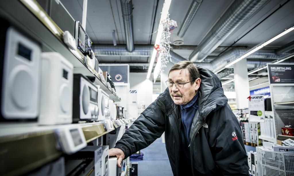 NY RADIO: - Kona ville gjerne ha en radio på kjøkkenet hjemme, sier Nils Borge, som var på Elkjøp Megastore på Ullevål i Oslo nettopp for å kjøpe radio. I en spørreundersøkelse Ipsos har gjennomført på vegne av Dagbladet, svarer 56 prosent at de er misfornøyd med omleggingen til DAB. 31 prosent sier de er fornøyd, og 12 prosent svarer «vet ikke». Foto: Christian Roth Christensen / Dagbladet