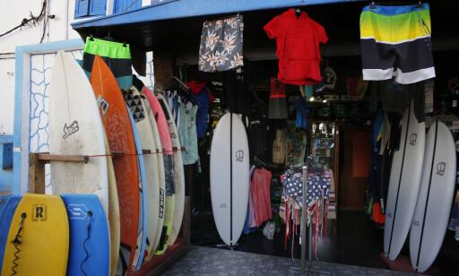 SURFERMILJØ: I så og si alle sjappene i Taghazout er det surferutstyr tilgjengelig. Foto: Tormod Brenna