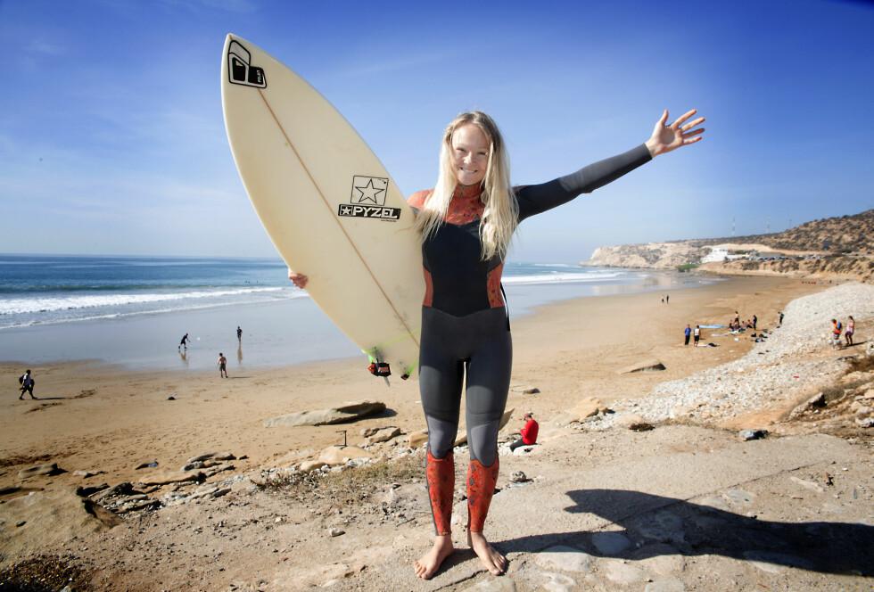 LINES PARADIS: Line Beate Melseter var utbrent og deprimert etter å ha jobbet iherdig for å være best i alt hjemme i Norge. Nå har hun senket skuldrene, lagt studiene til side og jobber som hotellsjef i Taghazout i Marokko. Der får hun også dyrket lidenskapen sin for surfing. Foto: Tormod Brenna