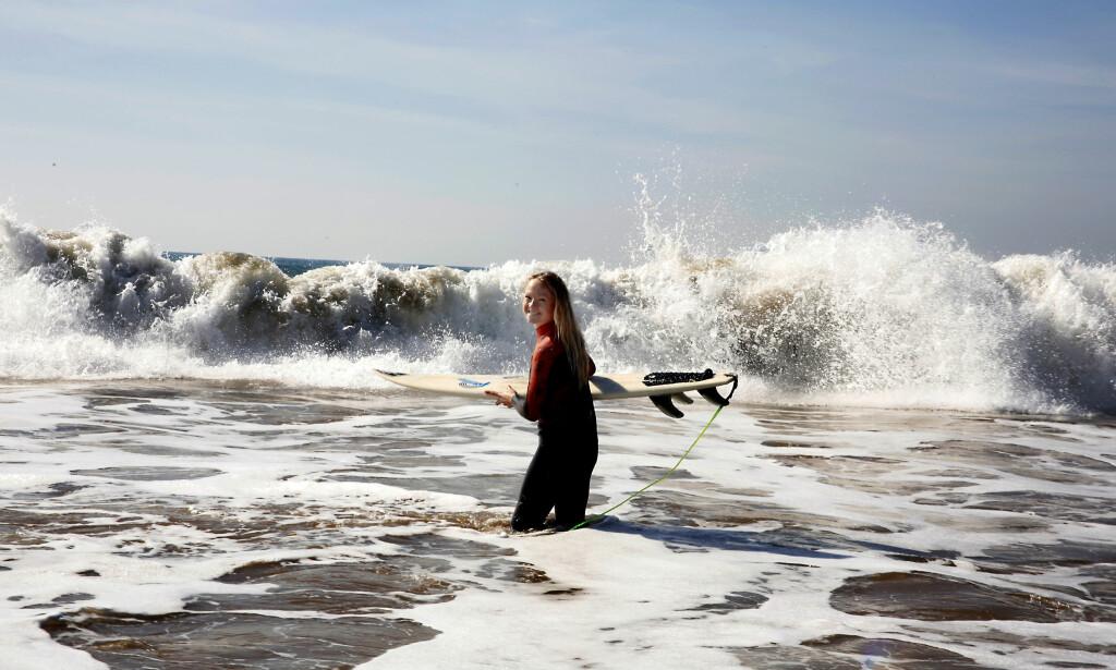 LEVER DRØMMEN: I Marokko får Line både surfet, og skaffet seg verdifull arbeidserfaring. Foto: Tormod Brenna