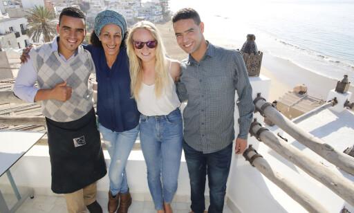 POPULÆR SJEF: - Jeg møter bare respekt, sier Line om å jobbe i det mannsdominerte marokkanske samfunnet. Her sammen med noen av de ansatte på hotellet hun er sjef for. Foto: Tormod Brenna