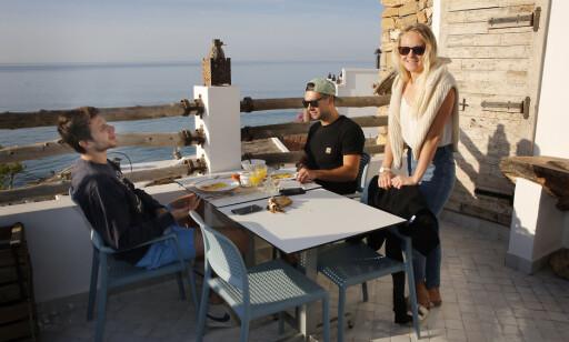 SURFERMILJØ; Taghazout tiltrekker seg surfere fra hele verden. Her er hotellsjef Line i frokostprat med to av dem. Samtalen går mest om bølger og brett. Foto: Tormod Brenna