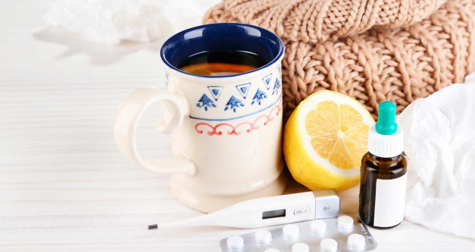 SÅR HALS, RENNENDE NESE OG SLAPPHET: Disse symptomene kan være tilstede både ved forkjølelse og influensa. Foto: NTB Scanpix/Shutterstock