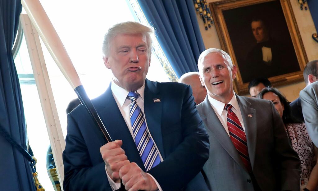 HJELP?: I innspurten av valgkampen forsøkte Trump å hjelpe Moore, som kjempet i motbakke etter å ha blitt beskyldt for seksuell trakassering og overgrep mot mindreårige. Gjentatte ganger ba presidenten velgerne i Alabama om å stemme på den erkekonservative republikaneren. Moore tapte valget, og nå ligger mye til rette for at Republikanerne får et vanskelig mellomvalg til neste år. Foto: Carlos Barria / Reuters / NTB Scanpix