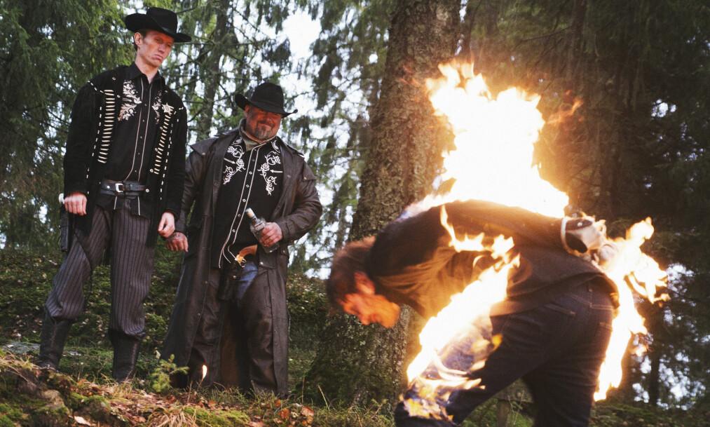 BRENNHET STEMNING: Det gikk hett for seg på innspillingen av videoen til låten «Hundre dager». Foto: August Strand.