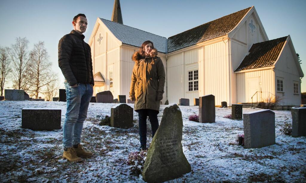 VIL ADVARE: Kristen og Helen Rønningsbakken ved faren Oddmunds grav på Vallset kirkegård. De står fram for å forhindre at andre havner i samme situasjon. Foto: Lars Eivind Bones / Dagbladet