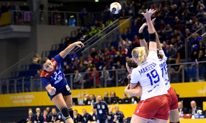 <strong>LITEN, MEN STERK:</strong> Nora Mørk scorer mange mål fra bak i banen. Foto: Bildbyrån