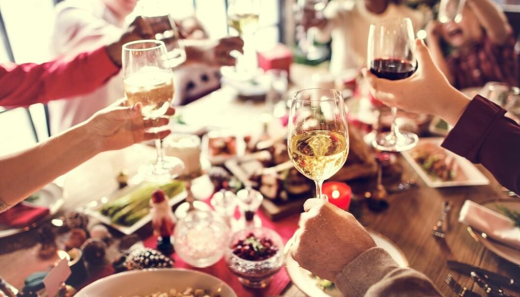 ALKOHOL TENÅRINGER: Ungdom som får drikke av foreldrene drikker ofte mer enn andre. FOTO: NTB Scanpix.