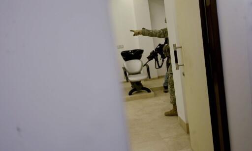 ATTENTAT: Amerikanske soldater sikrer gangene på Serena Hotel i Kabul etter terrorangrepet mot utenriksminister Jonas G. Støre hvor Dagbladet-journalist Carsten Thomassen ble drept.  Foto: Stian Lysberg Solum / SCANPIX