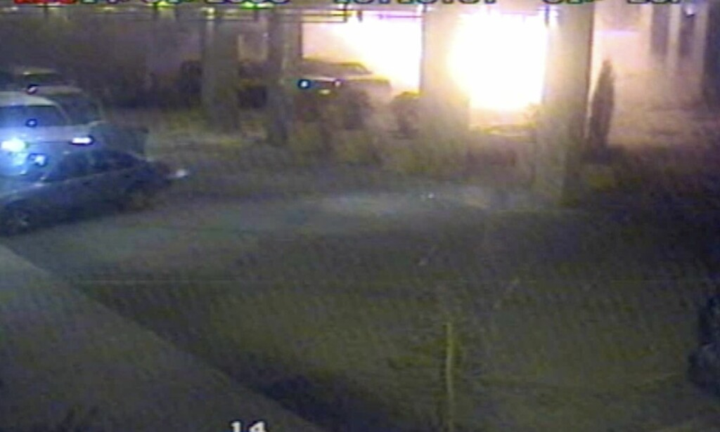 EKSPLOSJON: Øyeblikket da terroristen sprenger seg selv i lufta ble fanget på hotellets overvåkingskamera.