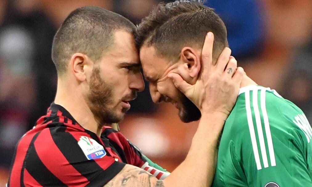 <strong>I TÅRER:</strong> Veteranen Leonardo Bonucci (til venstre) måtte trøste keeper Gianluigi Donnarumma under cupkampen mellom AC Milan og Hellas Verona. Foto: NTB scanpix