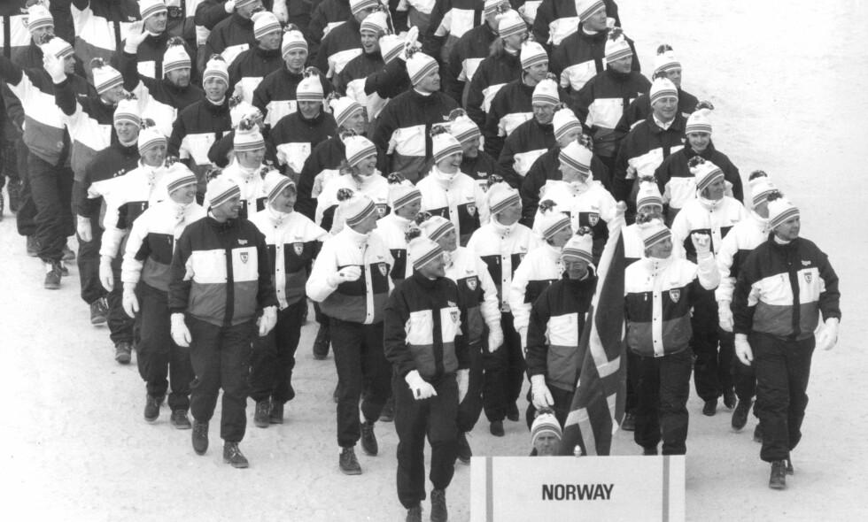 DUSK: Det var denne gjengen som skulle forsvare den norske OL-æren i Calgary. I front, halvveis gjemt bak et skilt, går flaggbærer Oddvar Brå. Foto: NTB Scanpix