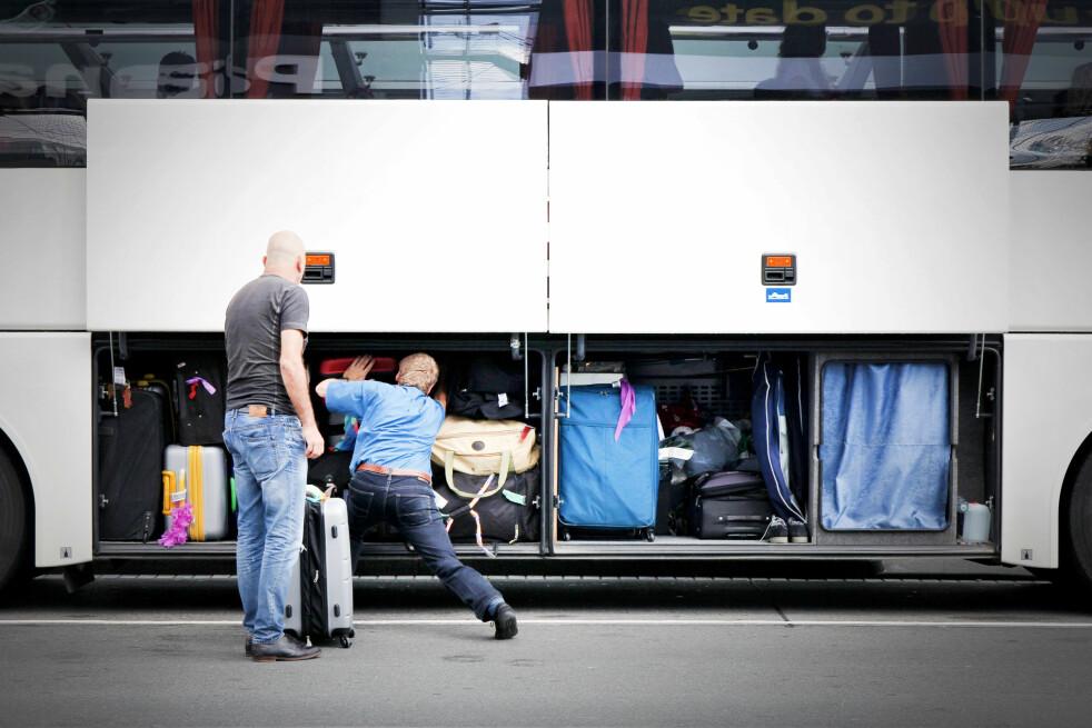 <strong>NULL KONTROLL:</strong> Du kan ikke følge med på verdigjenstander du legger under bussen. Nettopp derfor skal du ta dem med inn på bussen, ellers får du ingenting fra forsikringen om de forsvinner. Foto: Shutterstock / NTB Scanpix