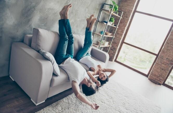 HJEMMEMORO: Selv om dere liker rolige hjemmekvelder trenger det ikke bety at dere er et kjedelig par. Foto: Scanpix.