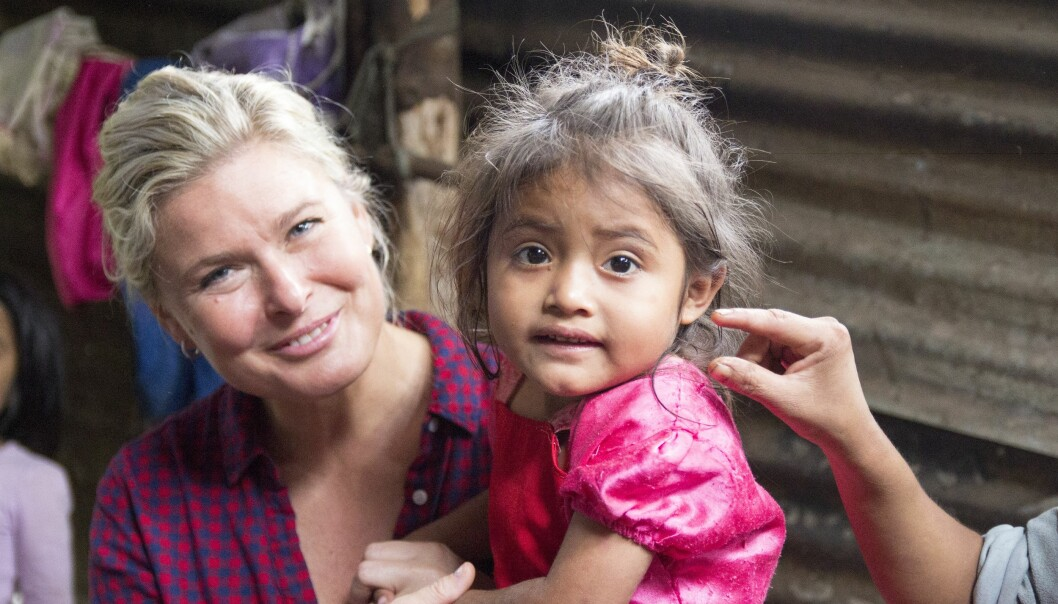 SJARMTROLL: Lille Elida (4) sjarmerte Vendela Kirsebom etter alle kunstens regler, da den norske skjønnheten besøkte familien Ramirez på landsbygda i Guatemala. Foto: Eivind Sørlie