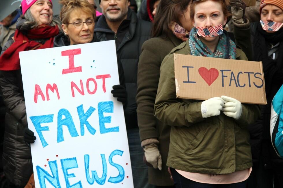 ÅRETS ORD: «Fake news» og «Falske nyheter» er blant ordene som har preget 2017 og som flere eksperter har kåret til det viktigste. Foto: Splash News / NTB Scanpix