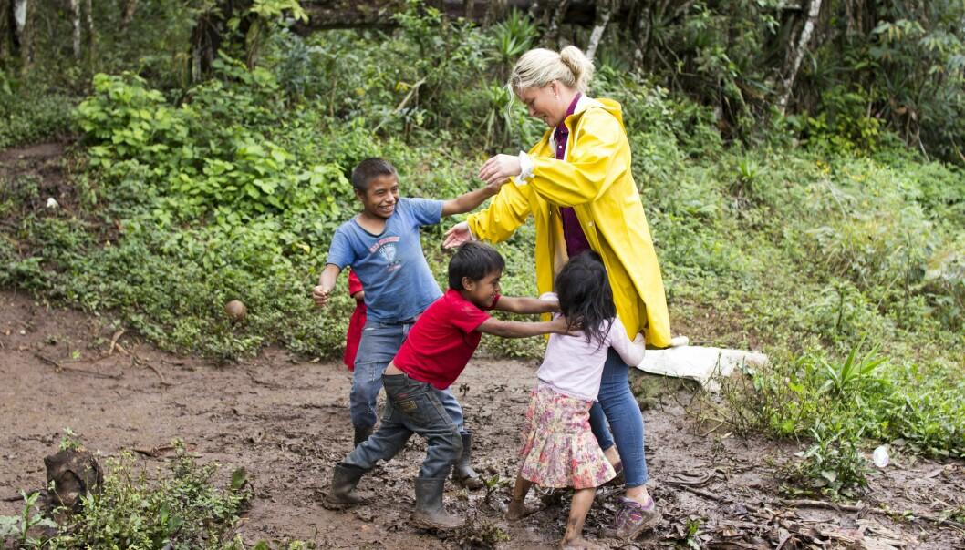 GØY I GJØRMA: Selv om Vendela ikke akkurat var skodd for forholdene, ble hun med de fattige barna i lek. Foto: Eivind Sørlie