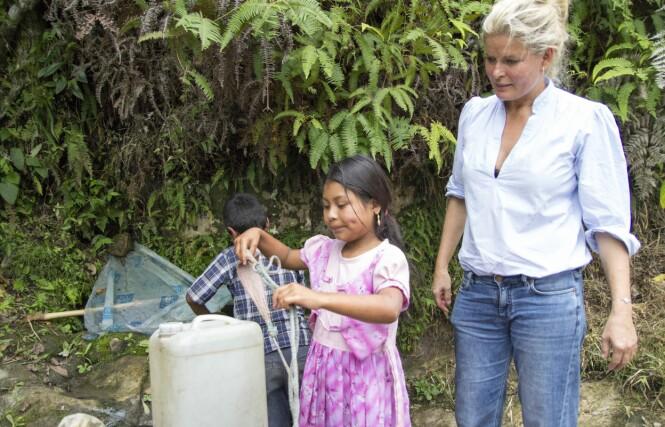 GOD HJELP: Alle barna må bidra i familiens arbeid, også Blanca (7). Vendela stiller opp for TV 2-aksjonen for å gi fattige barn muligheten et bedre liv med Røde Kors. Foto: Eivind Sørlie