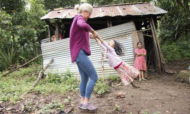 EKTE GLEDE: Selv om familien på syv bor i dette skuret, så er livsgleden på plass Her får Blanca en luftetur av Vendela. Foto: Eivind Sørlie