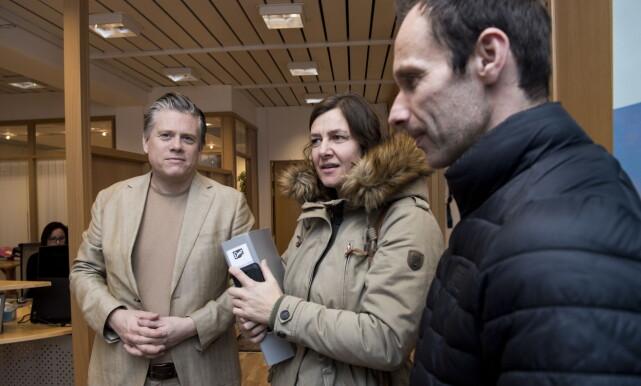 HOS ADVOKATEN: Håkon Laugerud (t.v.) er bistandsadvokat for Oddmunds barn. Her på kontoret på Hamar med Helen og Kristen. Foto: Lars Eivind Bones / Dagbladet
