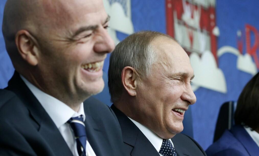 <strong>LYSTIG LAG:</strong> FIFA-president Gianni Infantino og Vladimir Putin før kampen mellom Russland og New Zealand under prøve-VM. Foto: Dmitry Astakhov / AFP PHOTO / SPUTNIK / NTB Scanpix