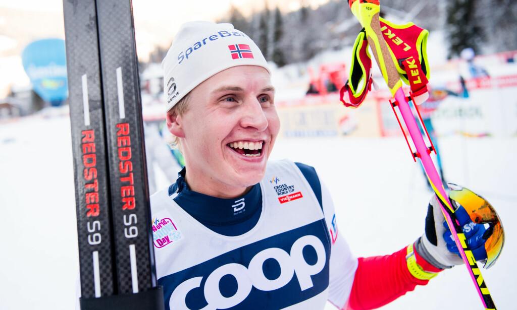 FØRSTE SEIER: Simen Hegstad Krüger var best av samtlige og kunne smile bredt etter at han vant 15 km fristil i Toblach lørdag. Foto: Jon Olav Nesvold/Bildbyrån