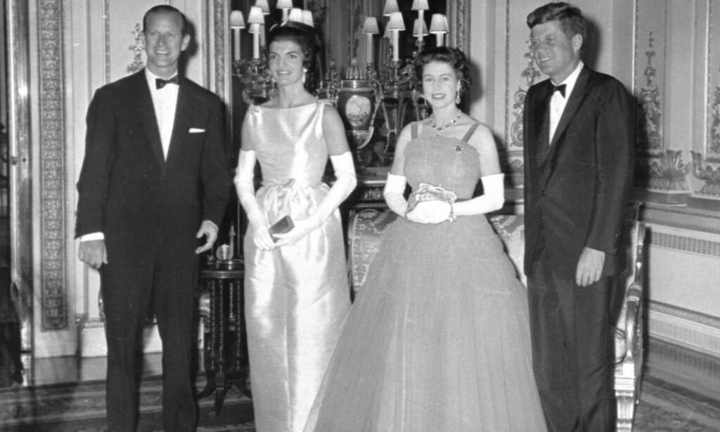 CELEBERT SELSKAP: President John F. Kennedy og førstedame Jackie Kennedy var faktisk i Buckingham Palace på besøk hos dronning Elizabeth II i 1961. Men om besøket foregikk akkurat slik som det blir presentert i serien, er en helt annen sak. Foto: AP / NTB scanpix