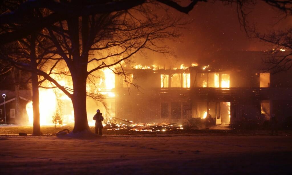 BRANN: Brannvesenet jobber med å slukke brann i et rekkehus i Borre i Vestfold lørdag kveld. Foto: Peder Gjersøe