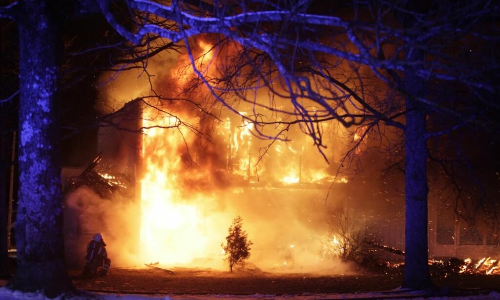 SAVNET: Det brenner i et rekkehus i Bore i Vestfold. Ifølge politiet er en person bekreftet død. Foto: Peder Gjersøe