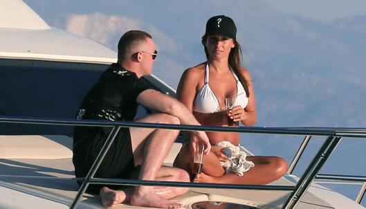 PÅ FERIE: I juni var Wayne og Coleen på ferie på Mykonos. Paret så ut til å kose seg i hverandres selskap. Foto: Splash News