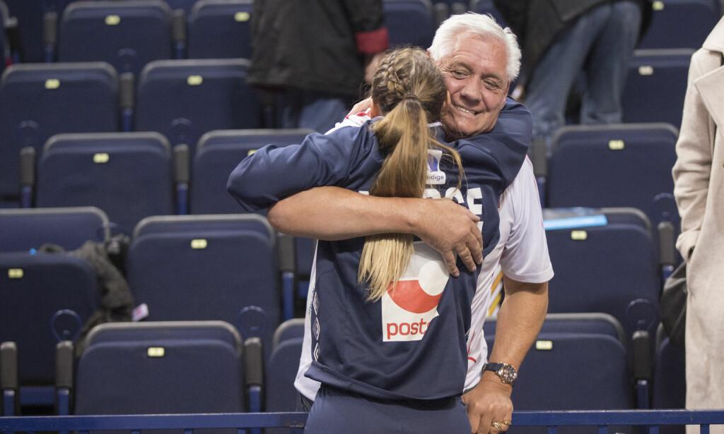FINT MØTE: Carl Otto Herrem og Camilla Herrem klemmer hverandre etter seieren i kampen mellom Nederland og Norge i Barclay Arena. Foto: Vidar Ruud / NTB scanpix