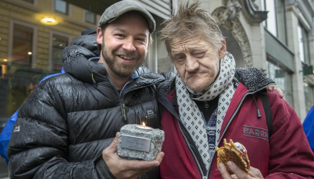 <strong>MOTTOK PRIS:</strong> Petter Nyquist mottok i 2016 årets «Brosteinprisen» fra Kirkens Bymisjon. Her er han sammen med Svein, en av hans viktigste medspillere. Foto: Terje Pedersen / NTB scanpix