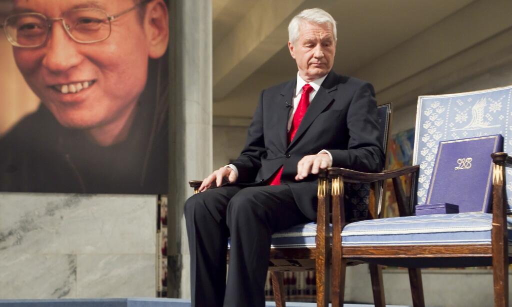 I OSLO: Nobelkomiteens Thorbjørn Jagland under fredsprisseremonien i Oslo Rådhus i 2010 med den tomme stolen med diplom og medaljen som skulle vært delt ut til fredsprisvinner Liu Xiaobo. Foto: Heiko Junge / NTB Scanpix
