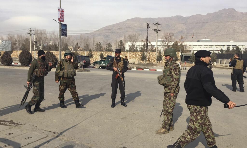 ANGREP: Et angrep pågår tirsdag mot en militær treningsleir i Kabul, melder kilder i den afghanske regjeringen. Bildet viser afghanske sikkerhetsstyrker i området mandag morgen. Foto: Rahmat Gul / AP / NTB Scanpix
