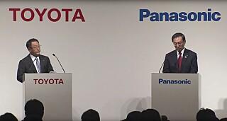 SKAL JOBBE SAMMEN: President Akio Toyoda i Toyota Motor og president Kazuhiro Tsuga i Panasonic undertegnet i forrige uke en avtale om å samarbeide om grønn teknologi. Skjermdump: Toyota