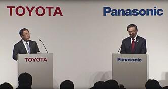 <strong>SKAL JOBBE SAMMEN:</strong> President Akio Toyoda i Toyota Motor og president Kazuhiro Tsuga i Panasonic undertegnet i forrige uke en avtale om å samarbeide om grønn teknologi. <br>Skjermdump: Toyota
