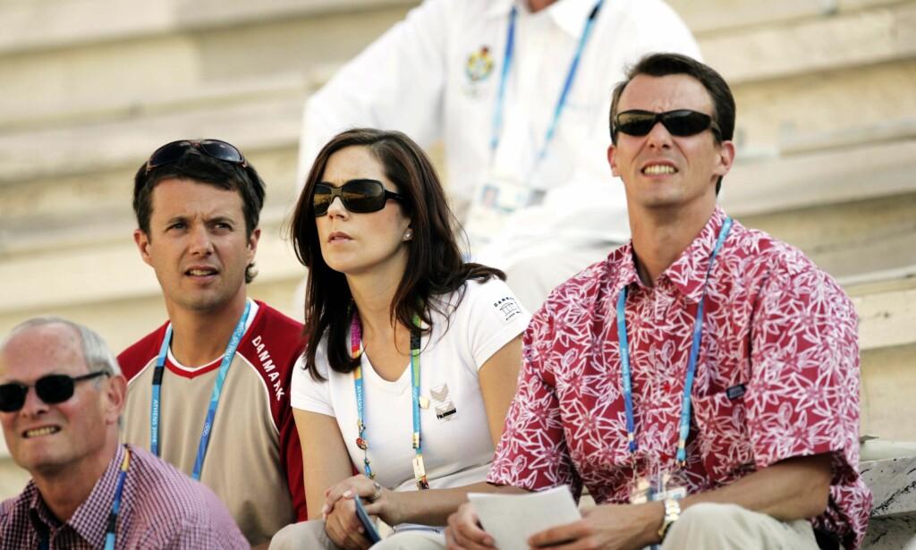 BRØDRE: Mens kronprins Frederik (t.v) ofte blir fremstilt som varm og folkelig, har prins Joachim et rykte på seg som arrogant og snobbete. Her avbildet sammen med kronprinsesse Mary i 2004. Foto: NTB scanpix