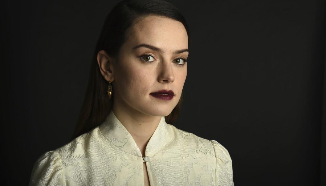 <strong>DAISY RIDLEY:</strong> Star Wars-stjernen er aktuell med ny film og vi har tatt en titt på noen av antrekkene hun har brukt under lanseringen. FOTO: Scanpix