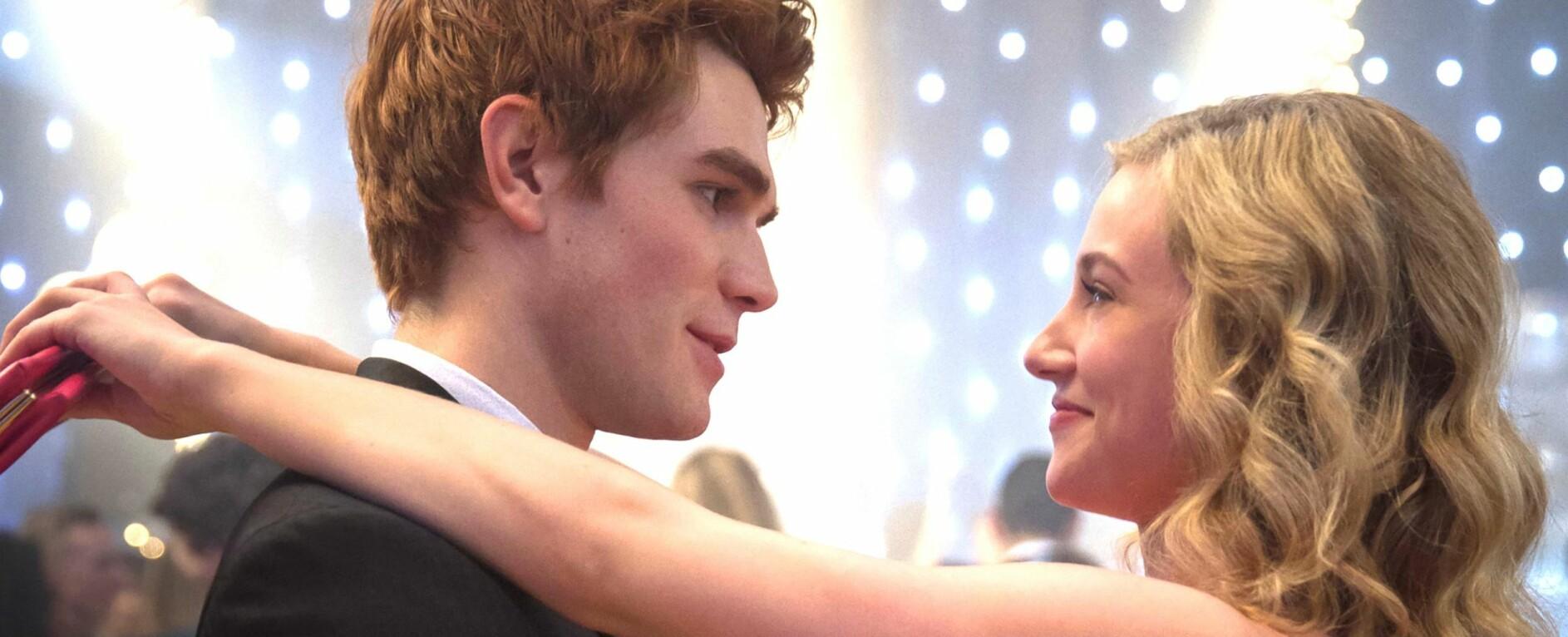 DELTE ET KYSS: I den nyeste episoden av «Riverdale» kysser bestevennene Archie og Betty. FOTO: Skjermdump