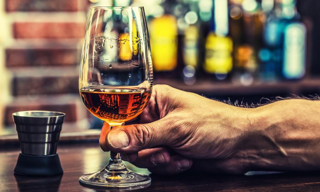 NÅR ER JEG EDRU?: Hvor lenge alkohol sitter i kroppen er individuelt. Hovedregelen er at alkoholpromillen synker med rundt 0,15 promille i timen, men du kan regne deg frem til når du er edru og kjørbar igjen. (Foto: Marian Weyo / Shutterstock / NTB scanpix)