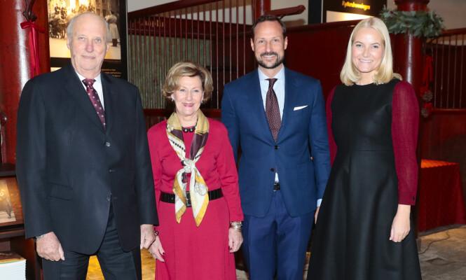 <strong>TRAVLE TIDER:</strong> Både kong Harald, dronning Sonja og kronprinsparet har fullt program opp mot julen. Her inviterte de til førjulssamling for gjester tilknyttet Kirkens Bymisjon, Frelsesarmeen, Blåkors og =Oslo i Dronning Sonja KunstStal. Foto: NTB Scanpix