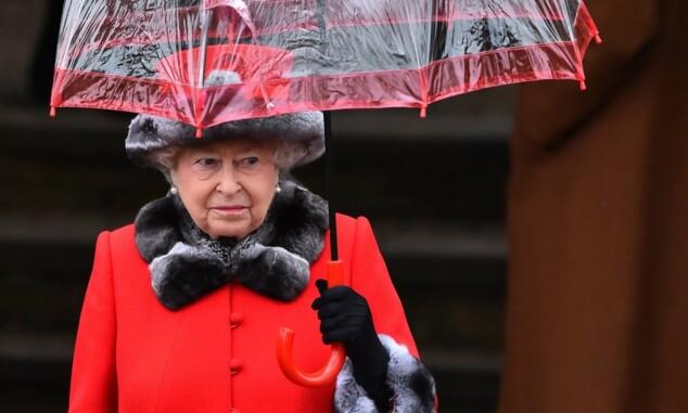 <strong>I RØDT:</strong> Dronning Elizabeth avbildet utenfor St. Mary Magdalene Church i Norfolk 1. juledag 2015. Foto: AFP/ NTB Scanpix