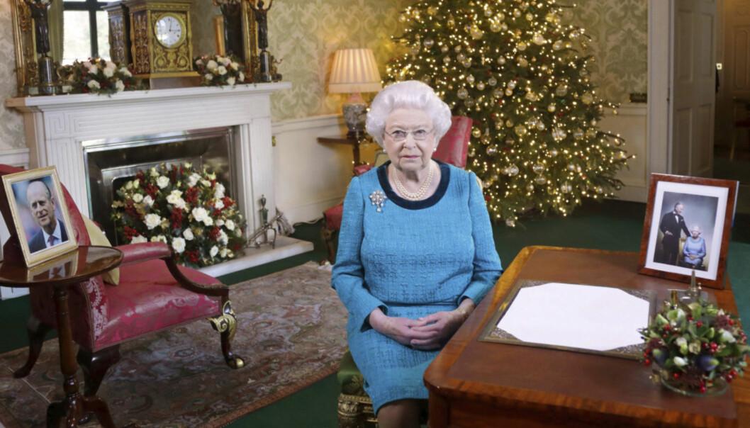 <strong>ÅRLIG PLIKT:</strong> Etter den store lunsjen på 1. juledag, samles familien foran tven og ser dronningens juletale, som blir spilt inn på Buckingham Palace før jul. Her er hun avbildet i fjor. Foto: AP / NTB Scanpix